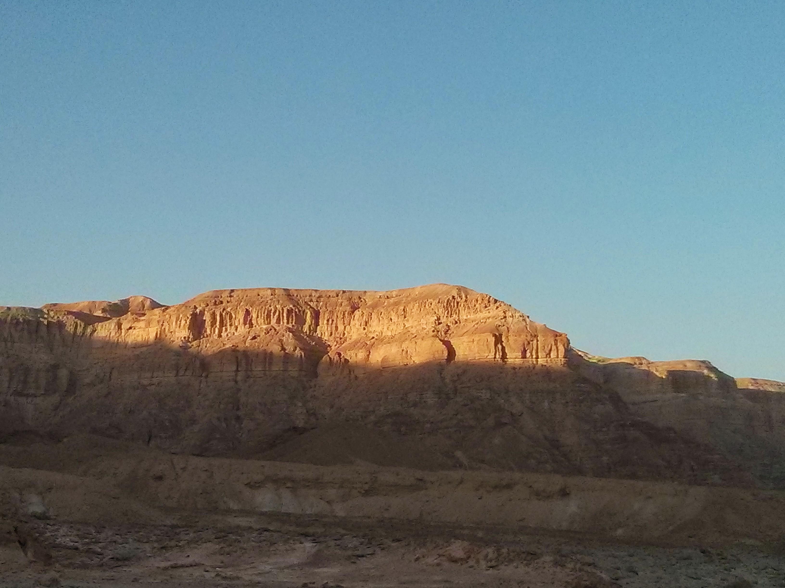 במדבר מול הנוף המשתנה בשקיעה